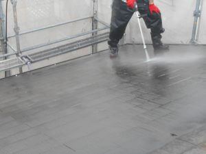 屋根や外壁洗う