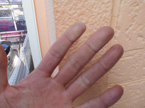 外壁に白い粉つく